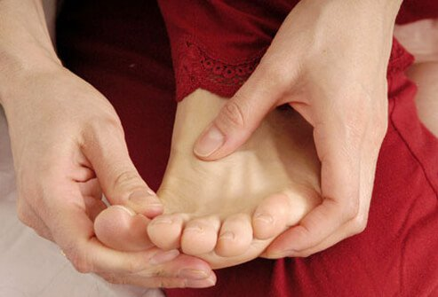 What are some physical symptoms of nerve damage in the leg?
