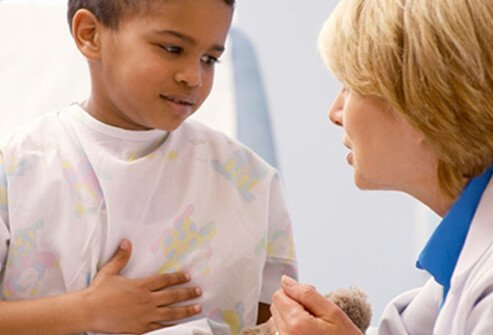 A boy discusses his pain with the doctor.